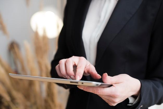 Mujer de negocios usando tableta Foto gratis