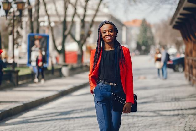 Mujer negra en una ciudad Foto gratis