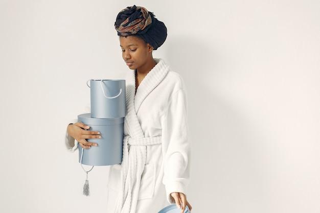 Mujer negra con regalos Foto gratis
