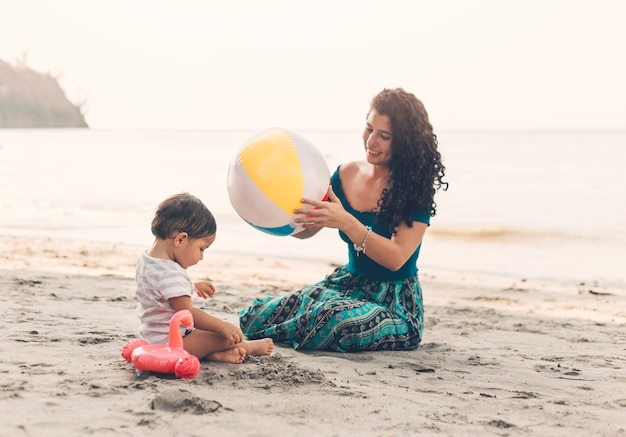 Mujer, con el niño, en, playa Foto gratis