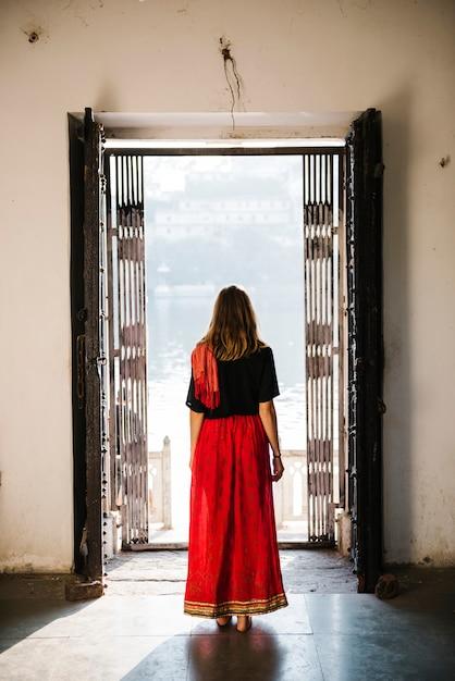 Mujer occidental explorando un templo hindú, maji ka mandir Foto gratis