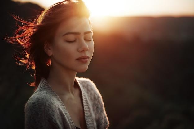 Mujer con los ojos cerrados Foto Premium