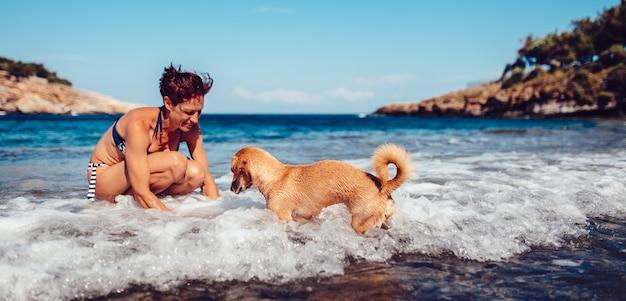 Resultado de imagen de chicas hablando con el perro