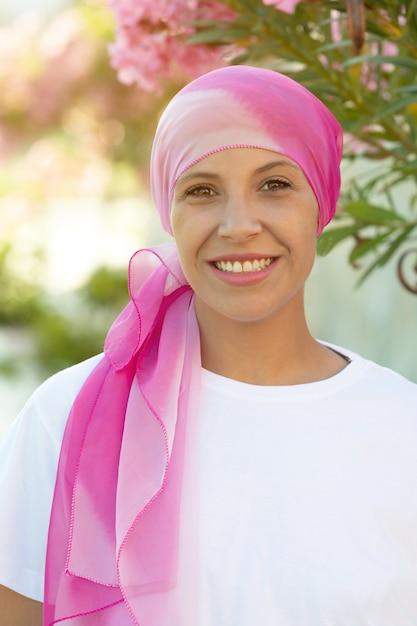 Mujer con pañuelo rosa en la cabeza. Foto Premium
