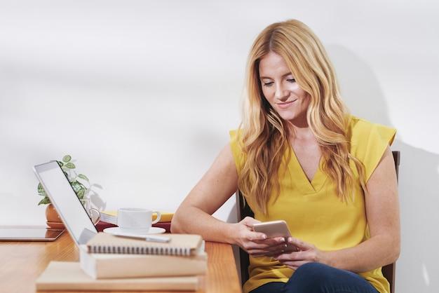 Mujer pasar tiempo con smartphone Foto gratis