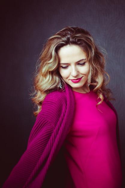 La Mujer Del Peinado Vestido Largo Entonado Foto Premium