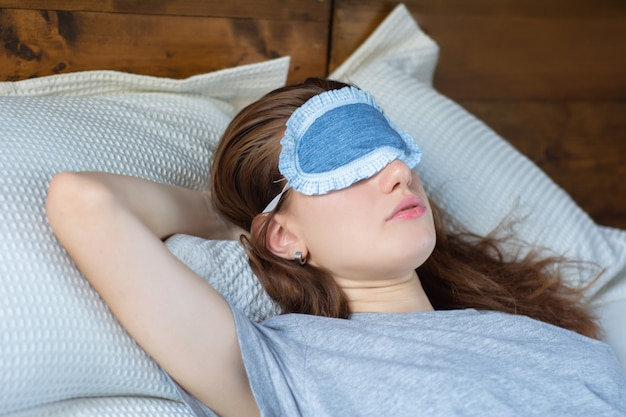 Mujer pelirroja durmiendo en la cama Foto Premium