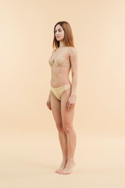 Mujer pelirroja joven posando en ropa interior Foto gratis