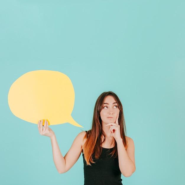 Mujer pensativa con bocadillo Foto Premium