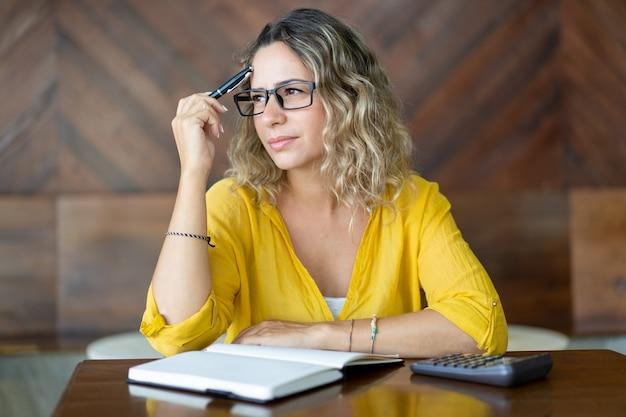 Mujer pensativa tratando de recordar algo importante Foto gratis