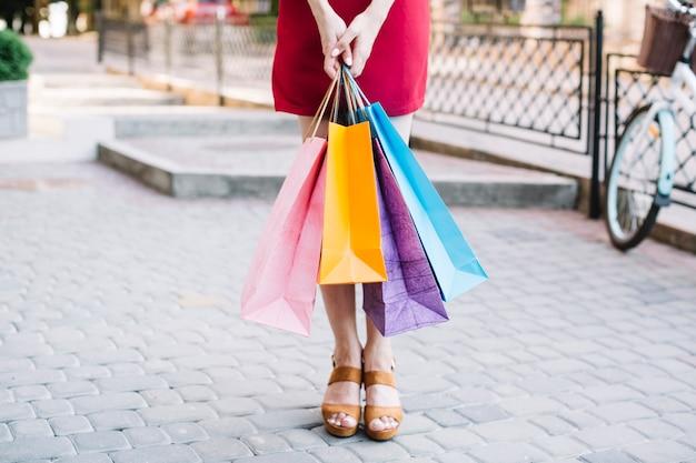 Mujer de pie con bolsas de papel Foto gratis