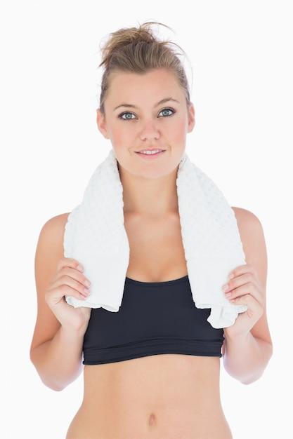 6fecfbb27 Mujer de pie mientras sostiene una toalla blanca en ropa deportiva |  Descargar Fotos premium
