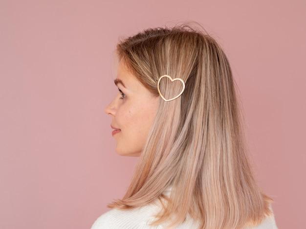 Mujer con pinza de pelo en forma de corazón Foto gratis