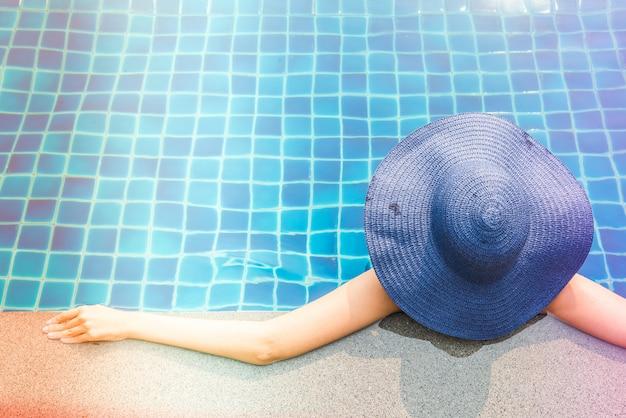 Mujer en piscina Foto gratis