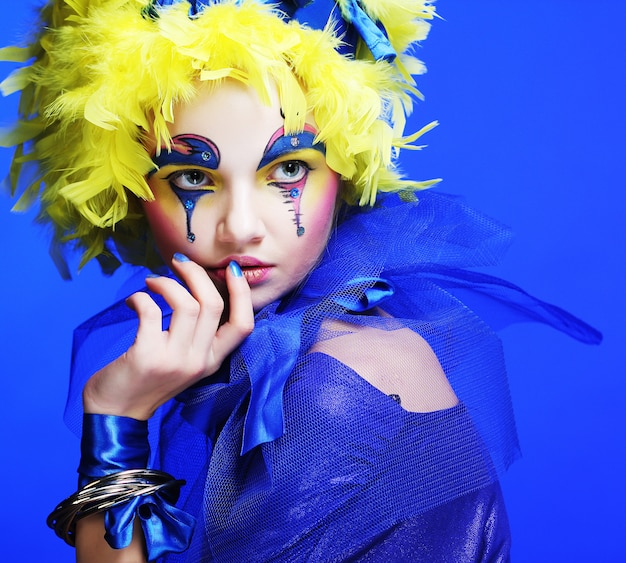 Mujer con pluma de peluca amarilla Foto Premium