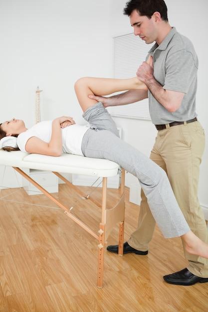 Mujer poniendo su pie en el pecho de su médico | Descargar Fotos Premium