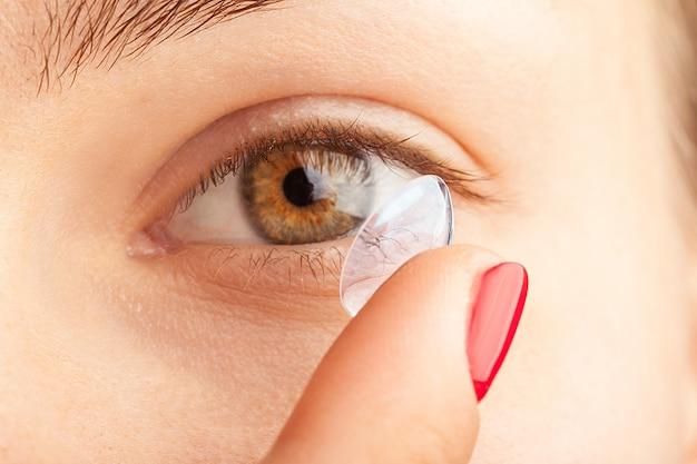 Mujer poniéndose lentes de contacto Foto Premium