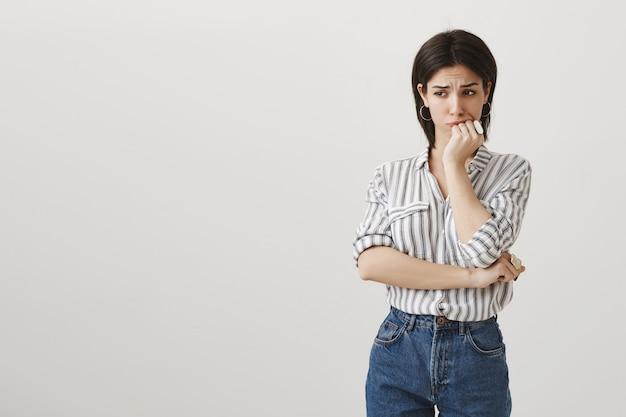 Mujer preocupada ansiosa mirando lejos angustiado, tiene problema Foto gratis