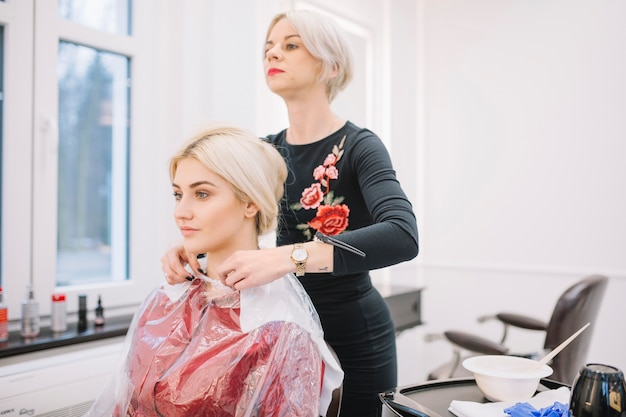 Mujer preparando a niña para el tratamiento del cabello Foto gratis