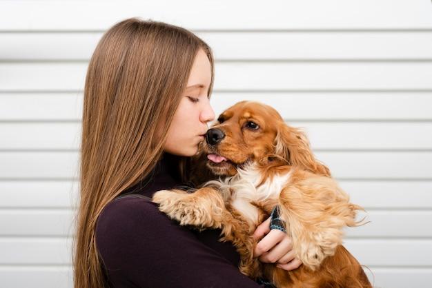 Mujer de primer plano besando a su mejor amiga Foto gratis
