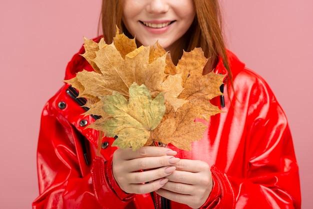 Mujer de primer plano con chaqueta con hojas Foto gratis
