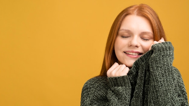 Mujer de primer plano con fondo amarillo Foto gratis