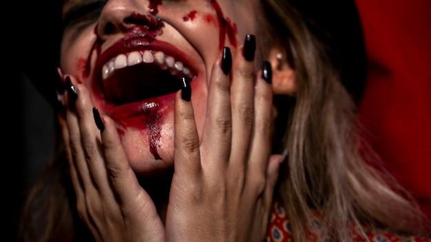 Mujer con primer plano de maquillaje de joker de halloween Foto gratis