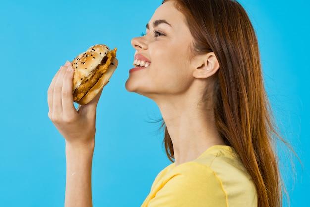 Mujer a punto de comer un burguer Foto Premium