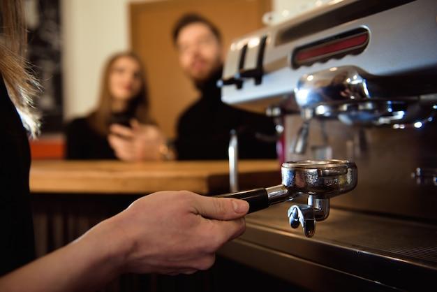 Mujer que comienza su día en un nuevo trabajo como barista. trabajando en una cafetería. Foto Premium