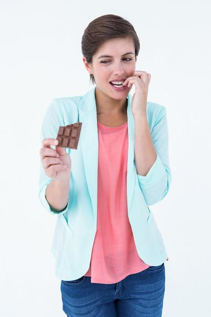 Mujer que elige comer chocolate o no | Descargar Fotos premium