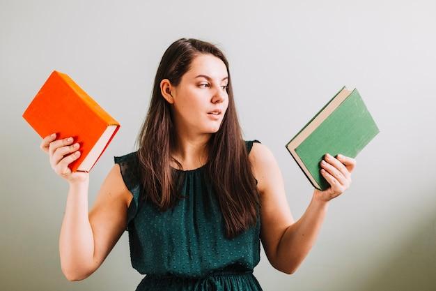 Mujer que elige el libro para leer Foto Gratis