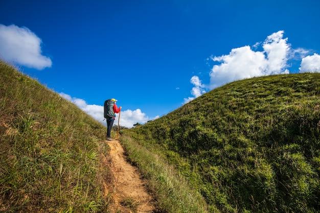 Mujer que hace excursionismo joven que camina en las montañas. doi mon chong, chiangmai, tailandia. Foto Premium