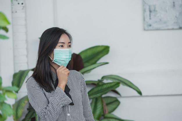 Mujer que llevaba una mascarilla protectora Foto gratis