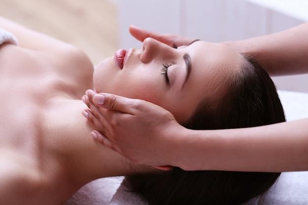 Mujer que recibe un masaje en un centro de spa Foto gratis
