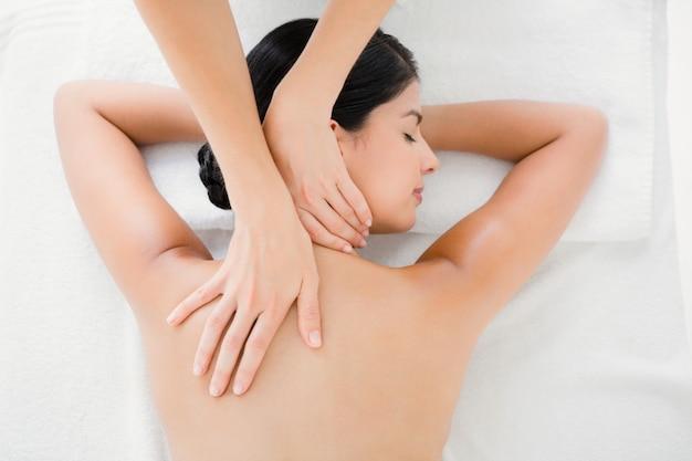 Mujer que recibe un masaje de espalda Foto Premium