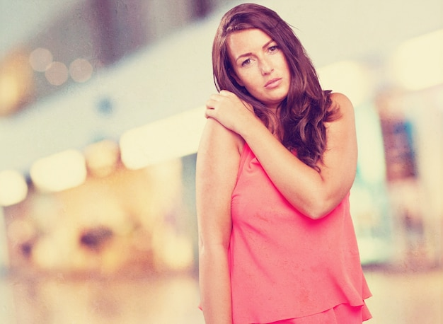 Mujer que tiene un dolor de hombro Foto gratis