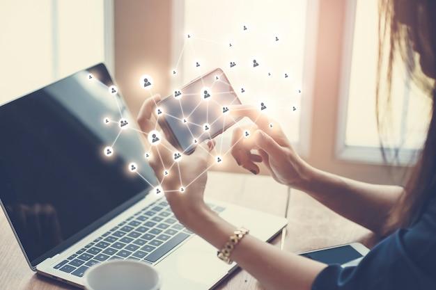 Mujer que trabaja en la computadora cuaderno con iconos de internet social. estilo de vida moderno con tecnología móvil en línea. Foto Premium