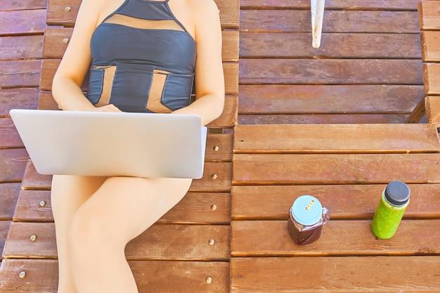 Mujer Que Trabaja Con La Computadora Portátil Acostado En La