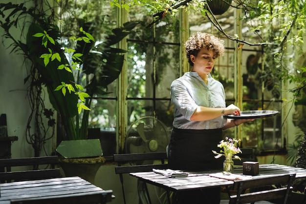 Mujer que trabaja en una tienda de jardinería Foto Premium