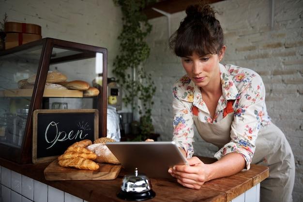 Mujer que usa la tableta digital Foto gratis