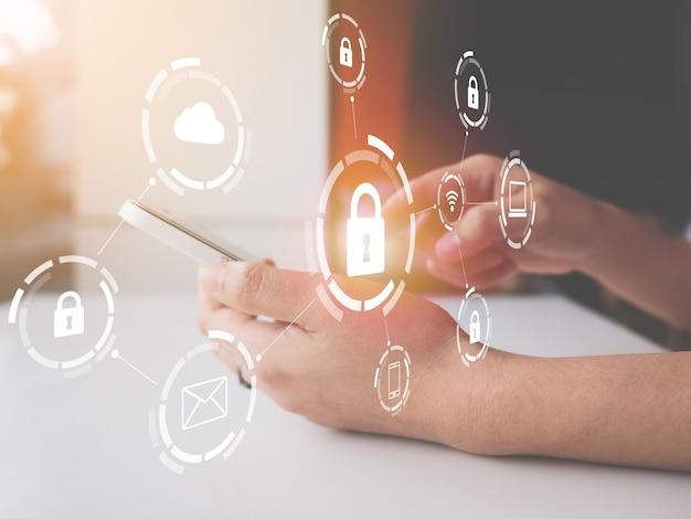 Mujer que usa un teléfono inteligente con una red de ciberseguridad gráfica de dispositivos conectados e información de datos personales Foto Premium