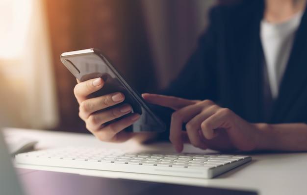 Mujer que usa teléfono inteligente. Foto Premium
