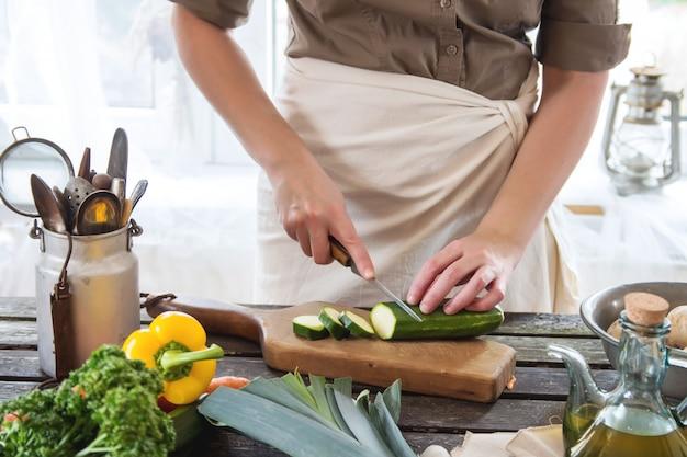 Mujer rebanada de verduras Foto Premium