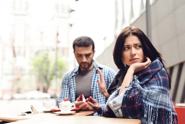 Mujer rechaza propuesta de matrimonio en cafe terrace. Foto Premium
