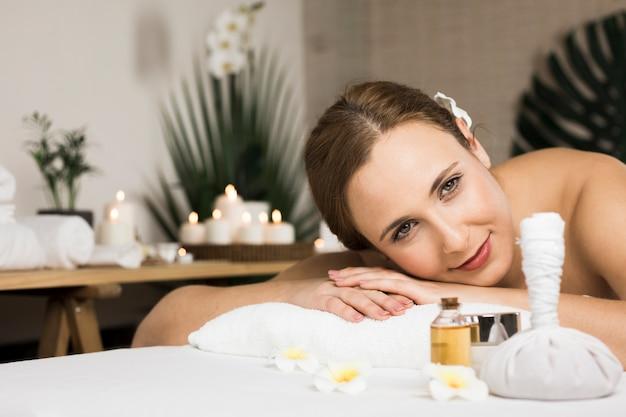 Mujer recibiendo masaje en centro de spa Foto gratis
