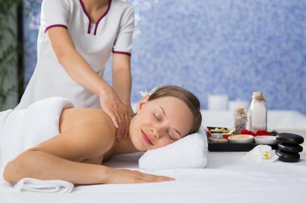 Mujer recibiendo un masaje en la espalda Foto gratis