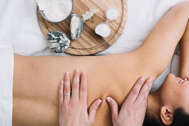 Mujer recibiendo un masaje relajante en un spa Foto gratis