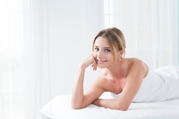 Mujer recibiendo un masaje en un spa Foto gratis