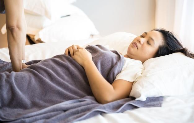 Mujer recibiendo masaje Foto Premium