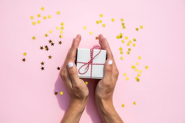 Mujer con regalo y destellos Foto gratis
